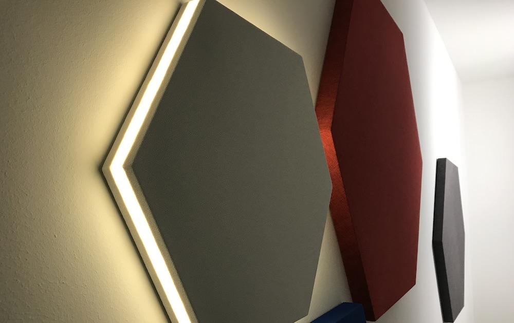 Lampada fonoassorbente esagonale EXIST LED con illuminazione integrata nei bordi